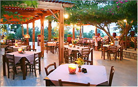 Taverna Kastro - Outdoor terrace in the evening